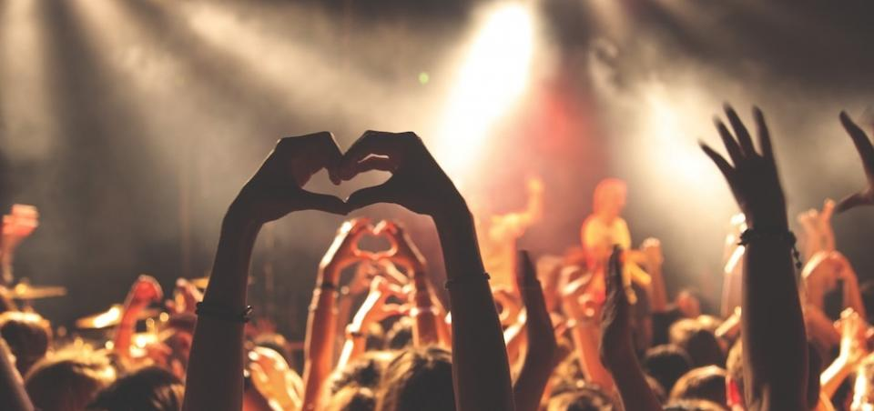 Concert with Love © unsplash.com/Anthony Delanoix
