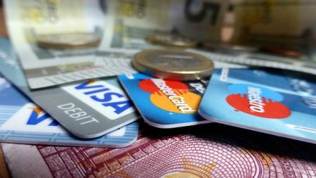 Credit Cards and Cash © flickr.com/Sean MacEntee